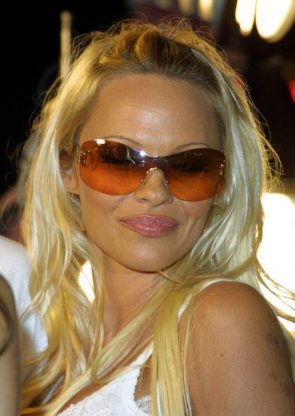Pamela Anderson broni kurczaków