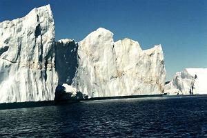 Po�udniowa Grenlandia. Lodowe g�ry ta�cz� w fiordach