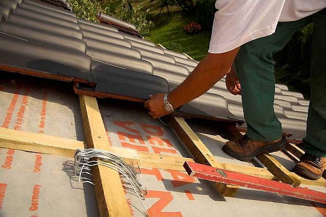 Układanie dachówek ceramicznych