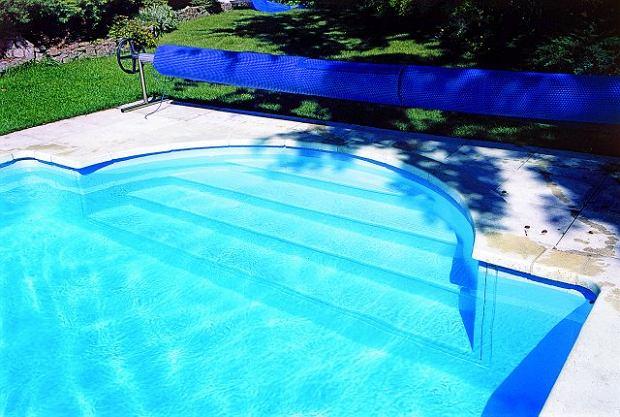 Do wody można wejść po łagodnie opadających schodach lub drabince położonej na przeciwległej stronie basenu.