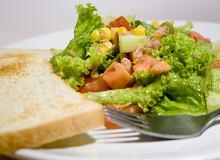 Sałatka z tuńczyka i świeżych ogórków - ugotuj