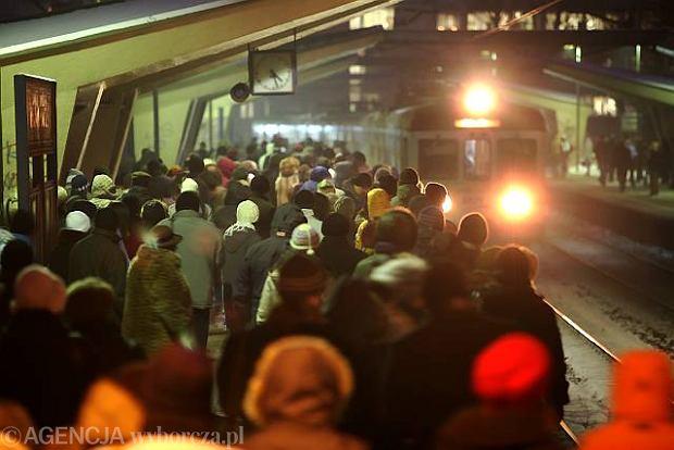 Kolej (zn�w) przegrywa ze �niegiem. Pasa�erowie s� w�ciekli