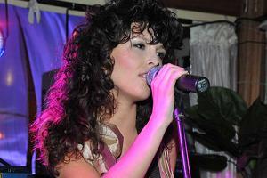 W warszawskim klubie Opera odbyła się impreza otwierająca sezon letni. W specjalnym ogródku imitującym plażę nietypowy dla siebie koncert zagrała Ramona Rey.