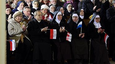 Przed mszą św. ks. Tadeusz Rydzyk wysłuchał w Bazylice koncertu pieśni patriotycznych