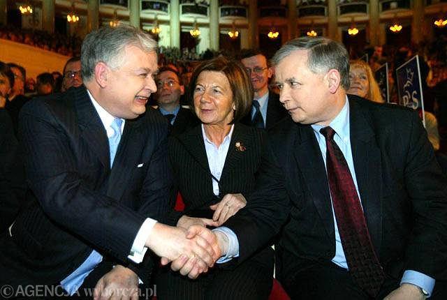 Lech i Jarosław Kaczyńscy w towarzystwie Marii Kaczyńskiej