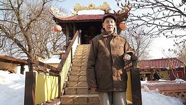 Ha Minh Hien, prezes Stowarzyszenia Wietnamskich Buddystów w Polsce, przed świątynią, dziś już zamkniętą