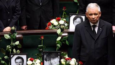 Jarosław Kaczyński między fotelami opuszczonymi przez posłów PiS