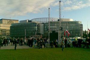 Batoniki i drożdżówki dla zgromadzonych na Placu Piłsudskiego
