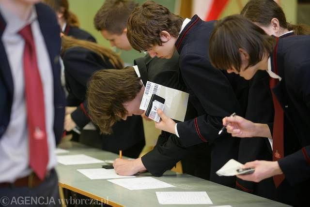 Uczniowie przed pisemną rozszerzoną maturą z chemii