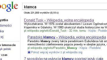 Strona wyszukiwarki Google ze słowem kłamca i sylwetką Donalda Tuska z Wikipedii na pierwszym miejscu