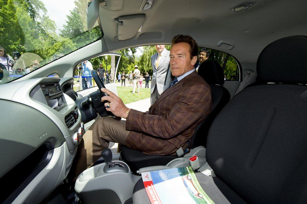 Gubernator Kalifornii, Arnold Schwarzenegger za kierownicą Mitsubishi i-MiEV przed budynkiem władz stanowych w Sacramento.