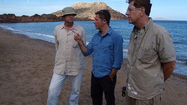 Olly Steeds z dr.  Sandy MacGilivray  oraz Dr. Costas Synolakis  na plaży w Grecji