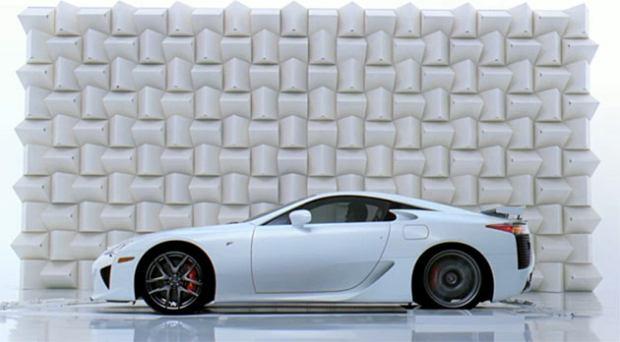 Wydech Lexusa LFA rozbija szk�o
