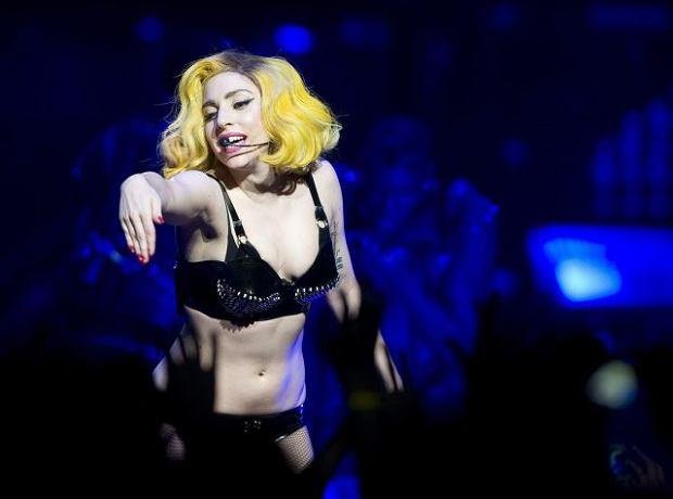 Lady Gaga przewr�ci�a si� na scenie WIDEO