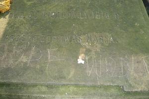 Antysemicki napis na grobie Ireny Sendlerowej