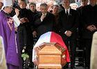 Pogrzeb Przemysława Gosiewskiego. Beata Gosiewska po prawej ręce Jarosława Kaczyńskiego