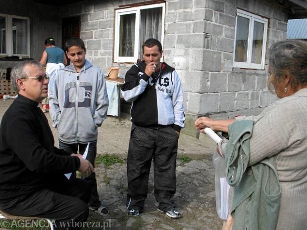 Kuria odwo�a�a ksi�dza, bo zajmowa� si� biednymi Romami