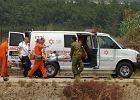 Izraelskie służby medyczne wynoszą z karetki żołnierza rannego w czasie wymiany ognia z Libanem