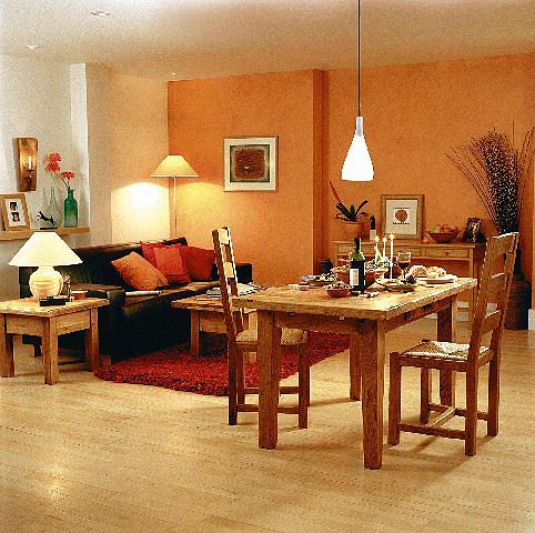 Przykład zastosowania w salonie różnych źródeł światła - nad stołem światło jasne, na stoliku przy kanapie - lampa dająca światło ciepłe, z tyłu za kanapą - lampa ze ściemniaczem