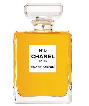 Chanel No.5. Pierwszy raz pojawiły się w sprzedaży w 1921 roku. Gabrielle Coco Chanel pragneła stworzyć zapach, który określałby jak powinna pachnieć kobieta. Zatwierdziła zapach popiero za piatym podejsciem, stąd tytuowa piatka. Warto wspomnieć, że były to ukochane perfumy Marilyn Monroe.