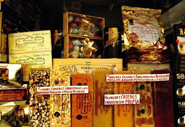 Turróny kuszące ze sklepowych wystaw, tworzą świąteczny klimat