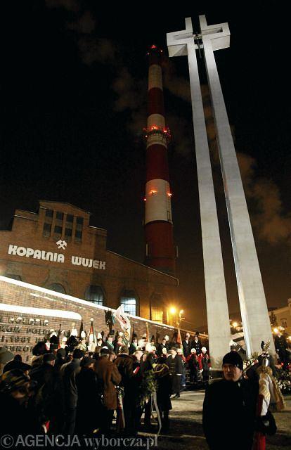 Uroczystości przed pomnikiem zamordowanych górników w kopalni Wujek