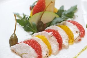 Marynowane plastry sandacza z pomara�czami, jab�kiem i z sosem z rukoli
