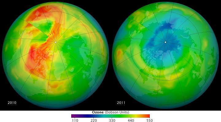 Mapa koncentracji ozonu nad Arktyką - porównawcze zdjęcie z marca 2010 (po lewej) i 2011 r. (po prawej). Stężenie ozonu na zdjęciu mierzone w Jednostkach Dobsona: im bardziej ''gorący'' kolor - tym więcej ozonu