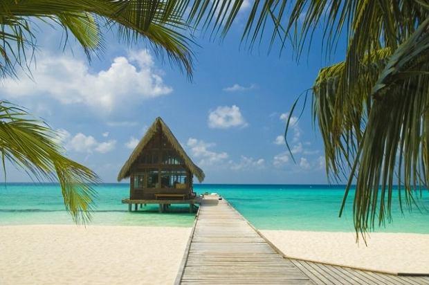 Azja Malediwy. Archipelag na Oceanie Indyjskim, składa się z ponad tysiąca w większości niezamieszkałych wysp. Otaczają je wspaniałe rafy koralowe. Stolicą Malediwów jest Male, główny ośrodek miejski w kraju. Wyspy zamieszkuje ok. 400 tys. osób.