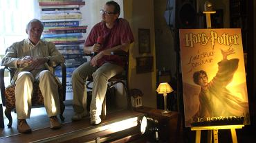 """Tłumacz """"Harrego Pottera"""", Andrzej Polkowski (z brodą) i Bronisław Klędzik szef wydawnictwa """"Media Rodzina"""" w czasie spotkania promocyjnego  książki Harry Potter i Śmiertelne Relikwie"""""""