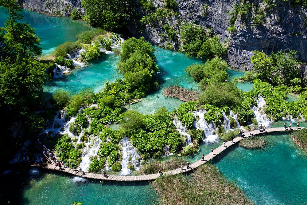 Chorwacja, Park Narodowy Jeziora Plitwickie. Jeziora Plitwieckie to 16 lazurowych jezior po��czonych 92 wodospadami. Wszystko otaczaj� g�ste lasy, a jeziora podziwia� mo�na dzi�ki drewnianym k�adkom, rozpi�tym tu� nad powierzchni� wody.