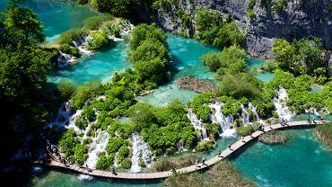 Chorwacja, Park Narodowy Jeziora Plitwickie. Jeziora Plitwieckie to 16 lazurowych jezior połączonych 92 wodospadami. Wszystko otaczają gęste lasy, a jeziora podziwiać można dzięki drewnianym kładkom, rozpiętym tuż nad powierzchnią wody.