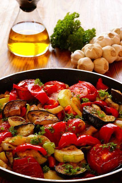 Menu dnia z past� z oliwek i warzywn� potrawk�
