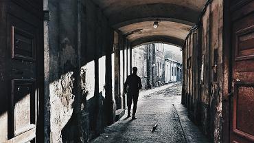 Miłośnicy fotografii - Nozbe Mobile Photo Trip spotkali się w Warszawie. Podczas dwudniowej wycieczki pod koniec października 30 fotografów uzbrojonych jedynie w aparaty w smartfonach robiło zdjęcia m.in. w Muzeum Historii Żydów Polskich, Centrum Nauki Kopernik, na Starówce, Woli i Pradze. - Rzadko mamy przy sobie profesjonalny sprzęt, a aparat w smartfonie jest zawsze pod ręką. Dzięki temu możemy złapać ulotne chwile - mówi Anna Przybyła, jedna z organizatorek fotowycieczki po Warszawie. Wszystkie zdjęcia wykonane przez fotografów można zobaczyć na Instagramie (@mobilephototrip). Najciekawsze z nich prezentujemy w galerii. Na kolejne wycieczki fotograficzne w innych miastach można się zapisać na stronie mobilephototrip.com. Na zdjęciu warszawska Praga