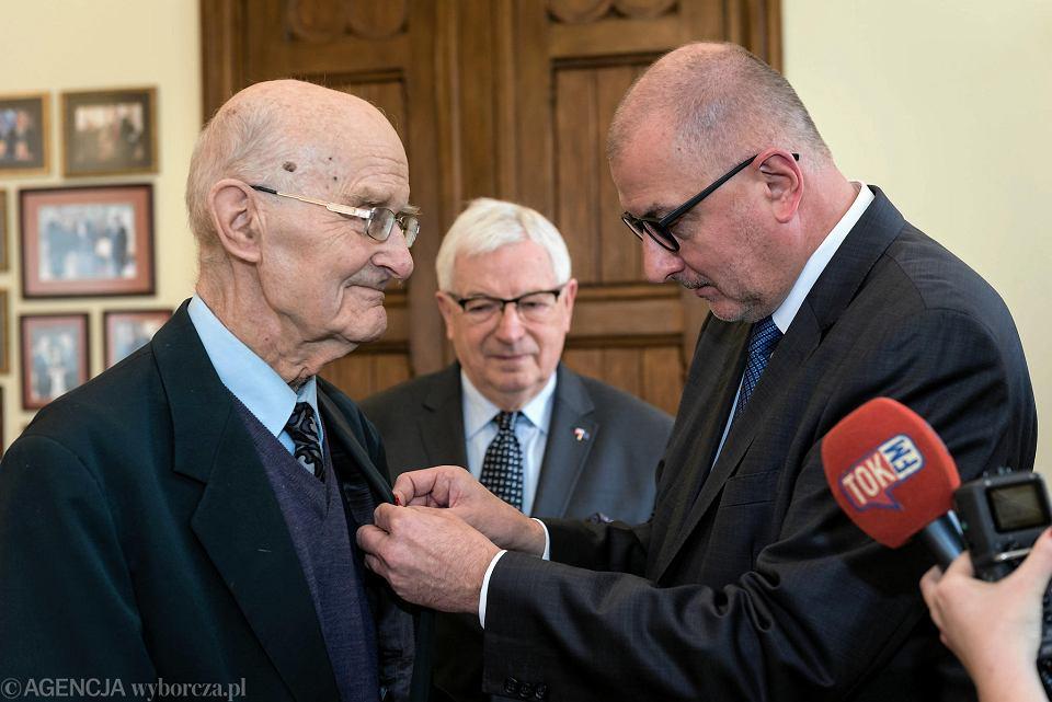 Prof. Ryszard Krasodębski otrzymał złoty medal 'Wrocław z Wdzięcznością'. Rafał Dutkiewicz miał go przyznać dwa tygodnie temu podczas spotkania z premierem Mateuszem Morawieckim, ale profesor wyszedł ze spotkania. Tłumaczył, że nie mógł wytrzymać tego, co premier mówi.