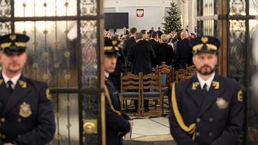 Sejm. Posiedzenie w Sali Kolumnowej - posłowie PiS uchwalają budżet