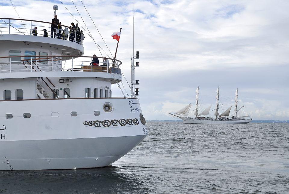 Zdjęcie numer 1 w galerii - Algierska fregata gości w Gdyni. Uchwyciliśmy ją pod pełnymi żaglami!