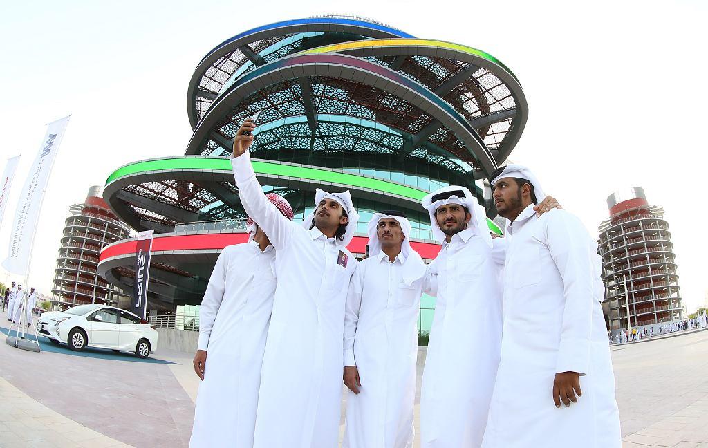 19.05.2017 , Katar . Kibice robią selfie przed nowo otwartym stadionem Khalifa International - jednej z aren nadchodzących mistrzostw świata .