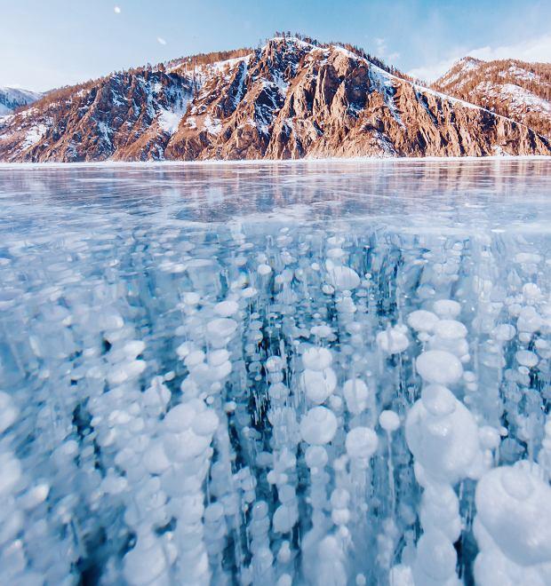 Najgłębsze jezioro na świecie w zimie zamienia się w lodową autostradę [NIESAMOWITE ZDJĘCIA]
