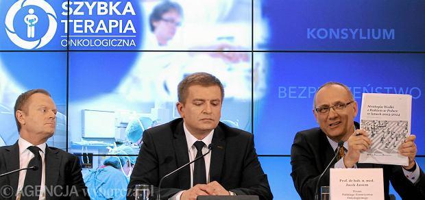 0b4c78ed5e Donald Tusk i minister zdrowia Bartosz Arłukowicz oraz prezezs Polskiego  Towarzystwa Onkologicznego podczas przedstawiania założeń tzw