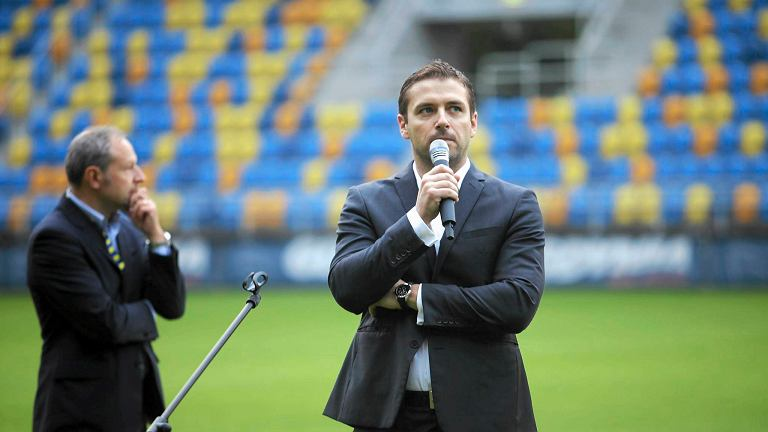 Wojciech Pertkiewicz, prezes Arki podczas prezentacji przed sezonem 2013/2014. Na zdjęciu z lewej Tomasz Banel