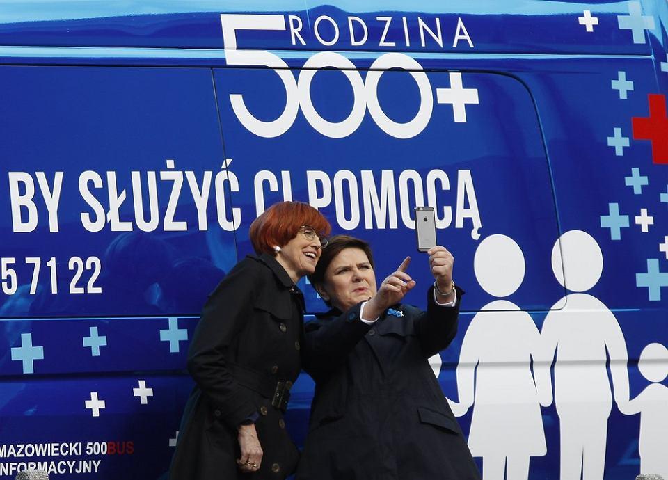 Premier Beata Szydło robi selfie podczas inauguracji programu Rodzina 500 plus