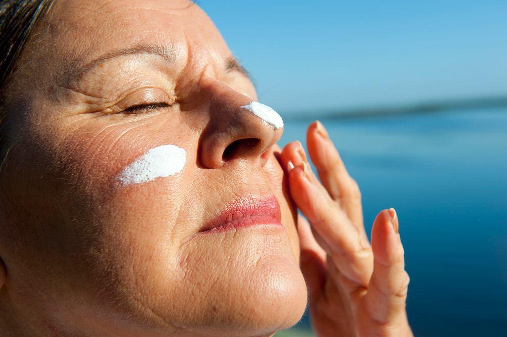 Dorosły człowiek powinien używać codziennie maksymalnie 3-5 kosmetyków możliwie delikatnych dla skóry. Obowiązkiem są natomiast kremy chroniące naszą skórę przed szkodliwym działaniem promieni słonecznych (fot. roboriginal / iStockphoto.com)