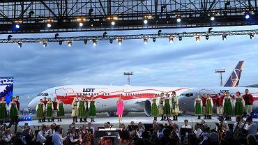 Gala LOT-u z okazji 100-lecia odzyskania przez Polskę niepodległości, lotnisko Chopina w Warszawie, 30 czerwca 2018. W tle samolot Boeing 787-9 pomalowany w biało-czerwone barwy.