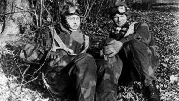 Podporucznik Stefan Bałuk ps. ''Straba'' (z lewej) i porucznik Benon Łostowski ps. ''Łobuz'' czekają w gotowości na szkolenie spadochronowe. 9 kwietnia 1944 r. ci dwaj oficerowie wraz z trójką innych cichociemnych wyskoczyli z samolotu nad Polską i wylądowali niedaleko podwarszawskiego Tłuszcza.