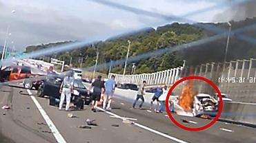 �wiadkowie karambolu ryzykowali �yciem, by uratowa� kobiet� z p�on�cego auta