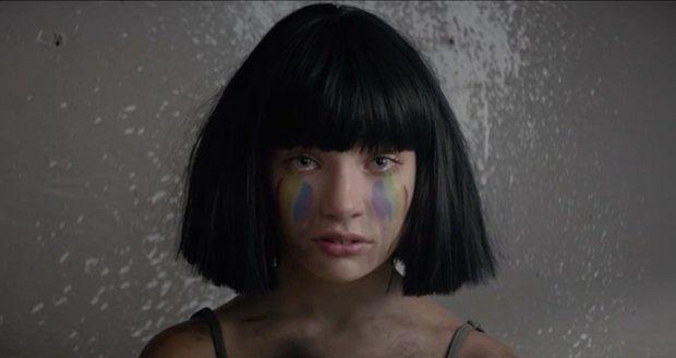 """Sia szykuje się do wydania nowego albumu. Artystka cały czas zajmuje wysokie miejsca na listach przebojów. Piosenka """"Cheap Thrills"""", jak również nowo wydany singiel """"The Greatest"""" odnoszą sukcesy i są jednymi z najchętniej słuchanych przebojów. Sia się nie poddaje i wpuszcza nudy w swój muzyczny świat. Wokalistka zaprezentowała swoim fanom piosenkę, nagraną na potrzeby produkcji filmowej. """"Never Give Up"""" zagości na ścieżce dźwiękowej do filmu """"Lion. Droga do Domu""""."""