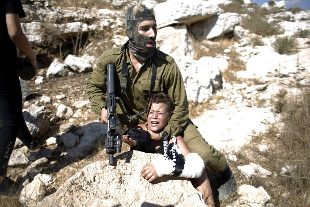Izraelski żołnierz aresztuje 12-letniego Palestyńczyka