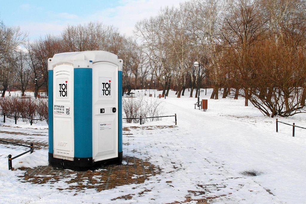 Przenośna toaleta toi-toi [zdjęcie ilustracyjne]
