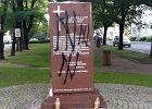 Wilcze haki na pomniku pamięci ofiar Rzezi Wołyńskiej. Kilka godzin później był tam prezydent Duda